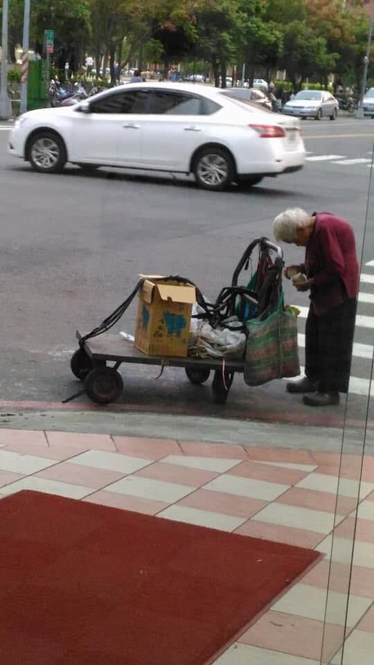 「富豪居」創投公司創辦人李杰開「高雄福田水餃」,販售1元水餃、18元肉燥乾麵,清寒家庭和老人再享5折。一名高齡96歲、撿資源回收為生的老婆婆,只花5元就吃到10顆水餃,讓外界大讚店家超暖。(圖/翻攝「我想有個家」粉絲團)