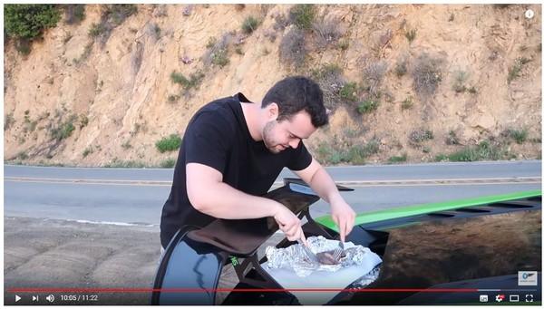 ▲▼千萬超跑變BBQ鐵板! 他開藍寶堅尼邊跑邊煎牛排。(圖/翻攝自YouTube)