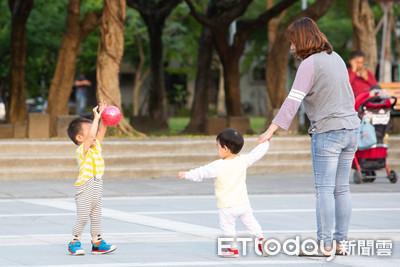 養2名未滿3歲小孩 爸媽可同時請育嬰假