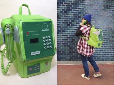背著公共電話逛大街 造型後背包太酷炫...後面的人應該很想偷玩吧