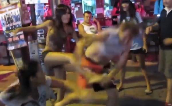 色洋男大街強抱辣妹 慘遭3女腳踢「泰拳」必殺技海扁。(圖/翻攝自「คลิปบานตะไท」的臉書)