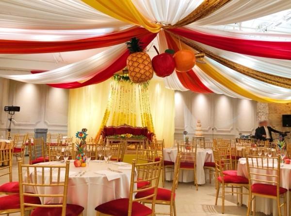 ▲婚宴佈置有許多巧思,上方是蘋果、鳳梨被筆串一起。(圖/翻攝自PIKO太郎部落格)