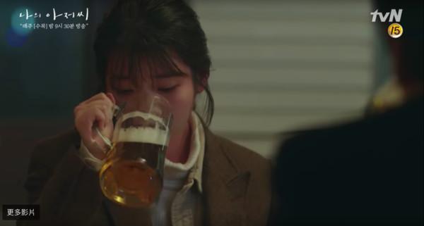 ▲▼IU連灌3、4杯啤酒狂傻笑! 2分鐘影片曝光她真的醉了(圖/翻攝自tvN)