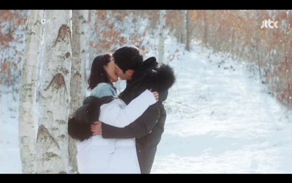 ▲▼同學打成一片,兩人在雪地約會。(圖/翻攝自JTBC)