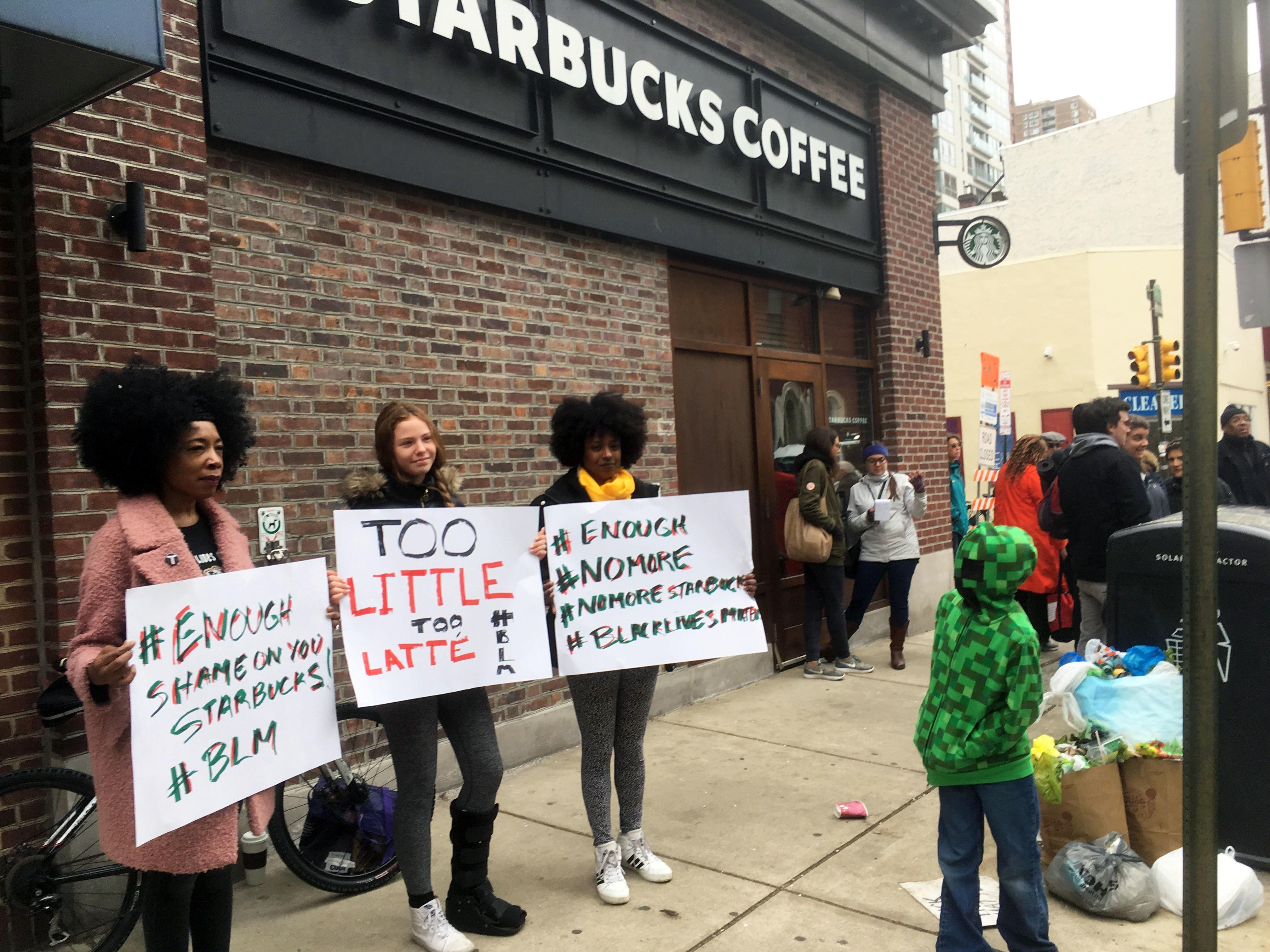 ▲▼美國費城兩名黑人男子在星巴克內沒點餐,竟被警察上銬逮捕,民眾聚集抗議。(圖/達志影像/美聯社)