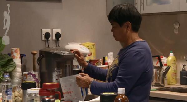 「茶水阿姐」杨容莲获颁香港电影金像奖「专业精神奖」。(图/翻摄自Youtube)