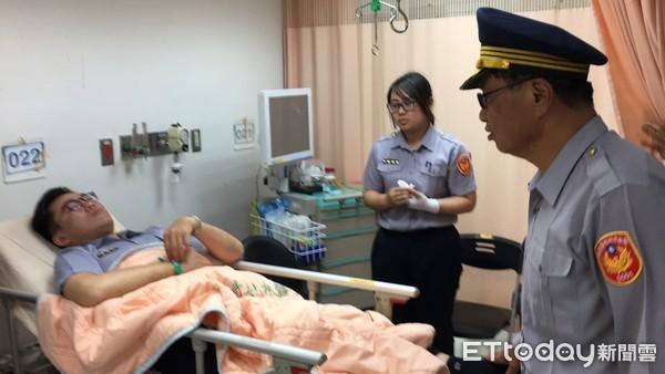 ▲警員劉耿銘手部受傷。(圖/記者林悅翻攝)