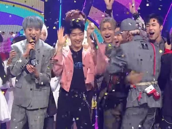 ▲WINNER獲獎SM家族狂恭喜!SJ、東方神起上前抱一起蹦跳。(圖/翻攝自YouTube WINNER)