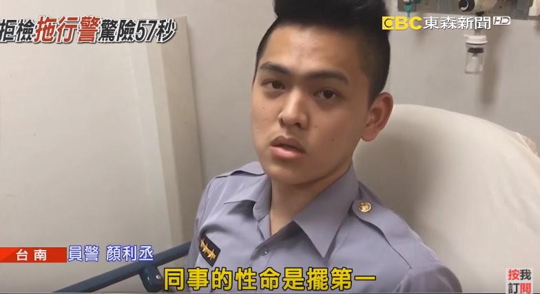 警員顏利丞手部受傷。(圖/東森新聞)