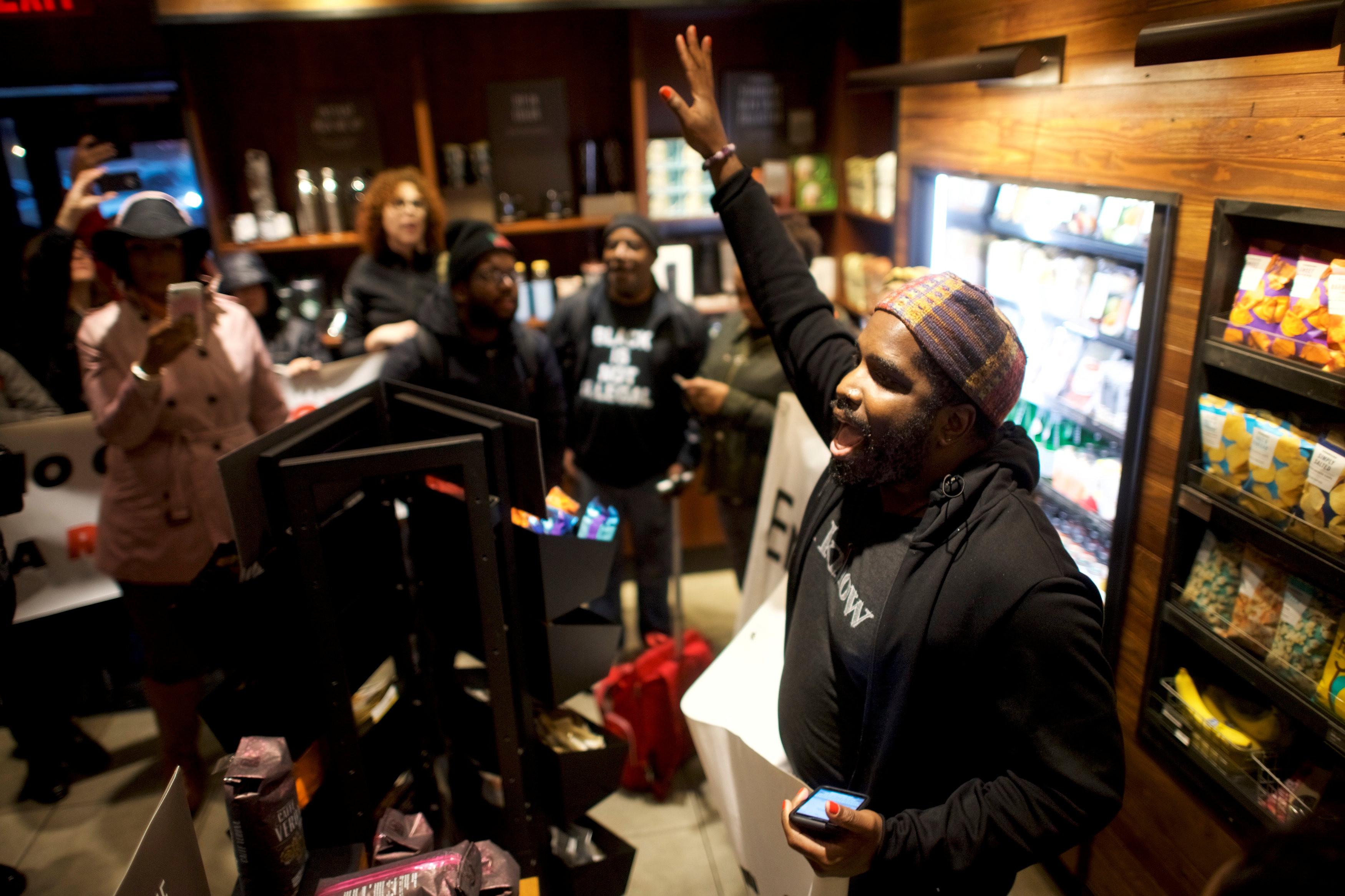 ▲美國費城兩名黑人男子不明被逮捕,民眾聚集在星巴克抗議。(圖/路透社)