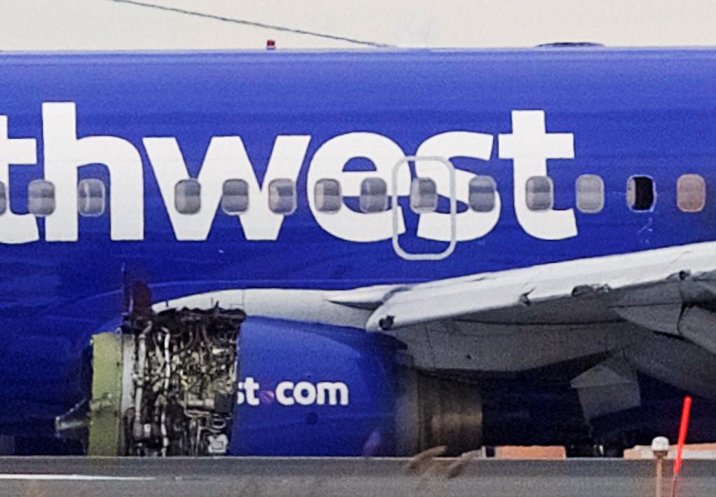 美國西南航空(Southwest Airlines)一架波音737-700型客機左引擎在高空中爆炸,證實造成1名乘客死亡、7人輕傷。(圖/路透社)