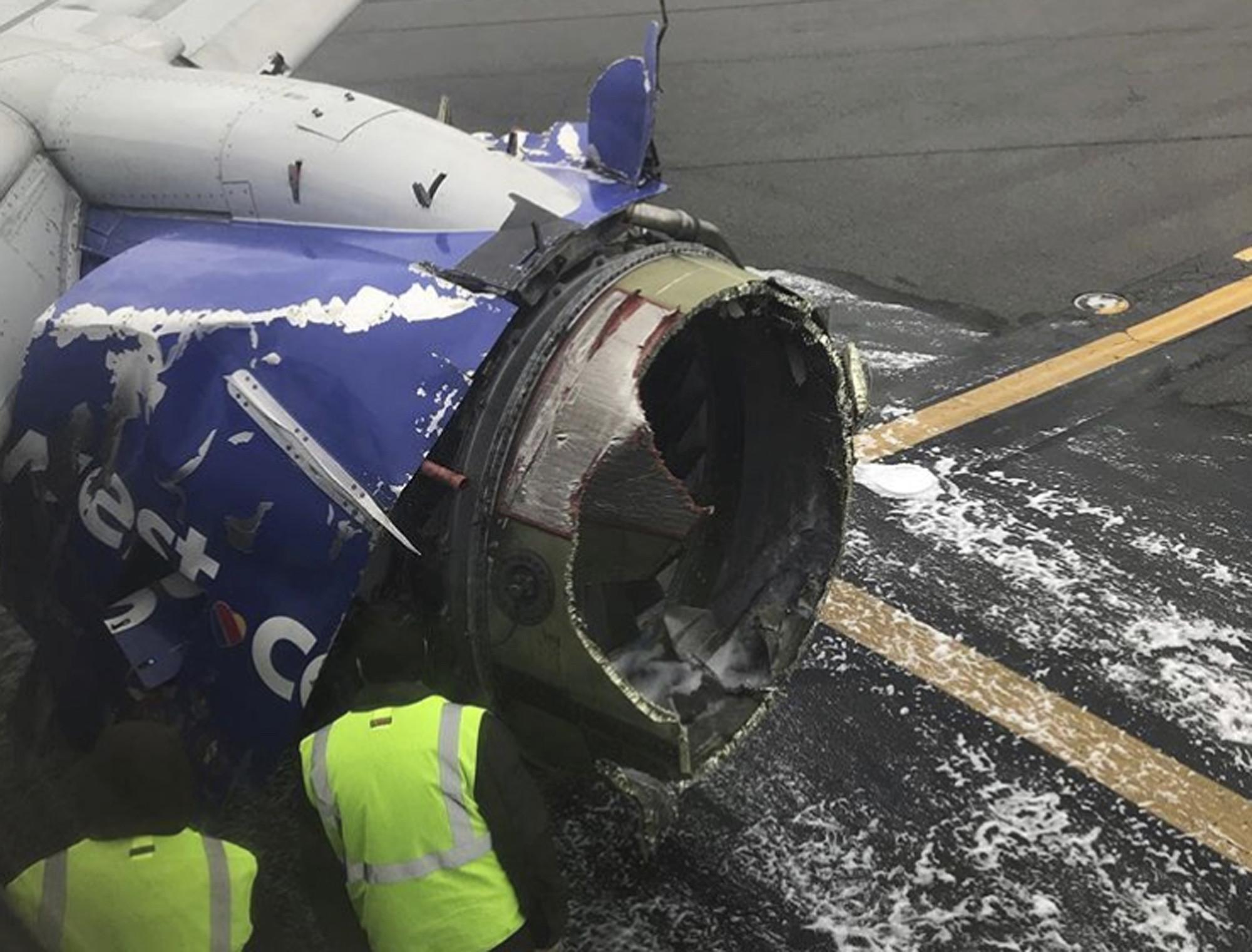 美國西南航空(Southwest Airlines)一架波音737-700型客機左引擎在高空中爆炸,證實造成1名乘客死亡、7人輕傷。(圖/達志影像/美聯社)