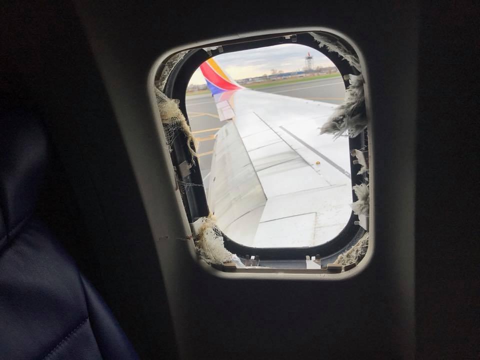 美國西南航空(Southwest Airlines)一架波音737-700型客機左引擎在高空中爆炸,證實造成1名乘客死亡、7人輕傷。乘客馬丁尼茲(Marty Martinez)臉書直播。(圖/翻攝Marty Martinez臉書)