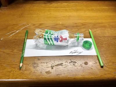 太真!色鉛筆畫「桌上汽水」被喊詐騙 手伸過去輕輕一抽...平的