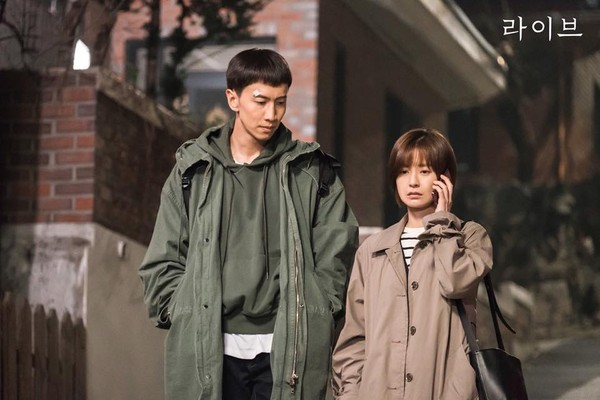 ▲李光洙、鄭有美《LIVE》劇照。(圖/翻攝自tvN 토일드라마臉書)