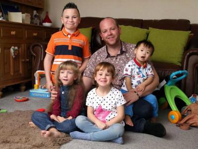 大暖男認養4名殘疾小孩,卻因「同志身分」遭受酸語攻擊