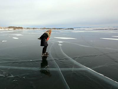 76歲嬤獨居西伯利亞,腳套75年舊冰鞋在「世界最深」貝加爾湖滑冰