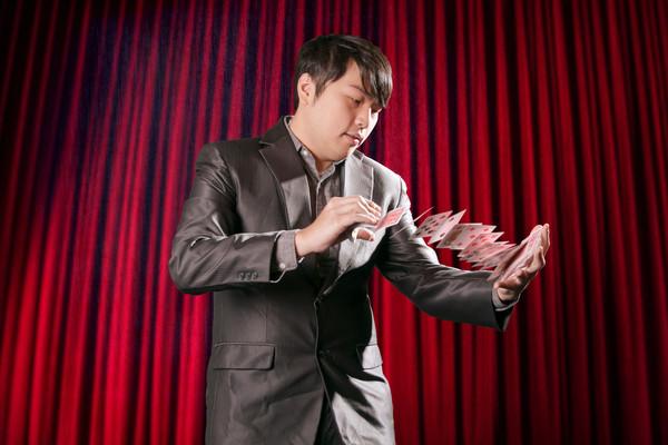▲變魔術贏得好人緣 永慶房屋林冠贏的人際學。(圖/業務提供)