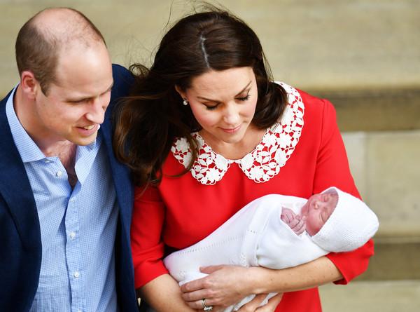 ▲▼威廉王子與妻子凱特抱著新生小王子亮相。(圖/路透社)