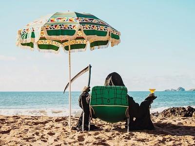 IG怪帳「死神海邊玩水」引30萬追蹤 幸福感美照隱藏恐怖數據