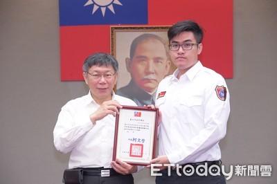 消防員不收月餅 獲頒年度楷模