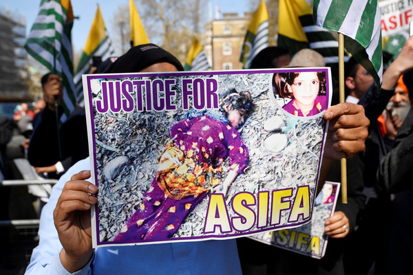 ▲▼印度8歲女孩巴諾(Asifa Bano)遭到綁架性侵,民眾上街抗議。(圖/路透社)