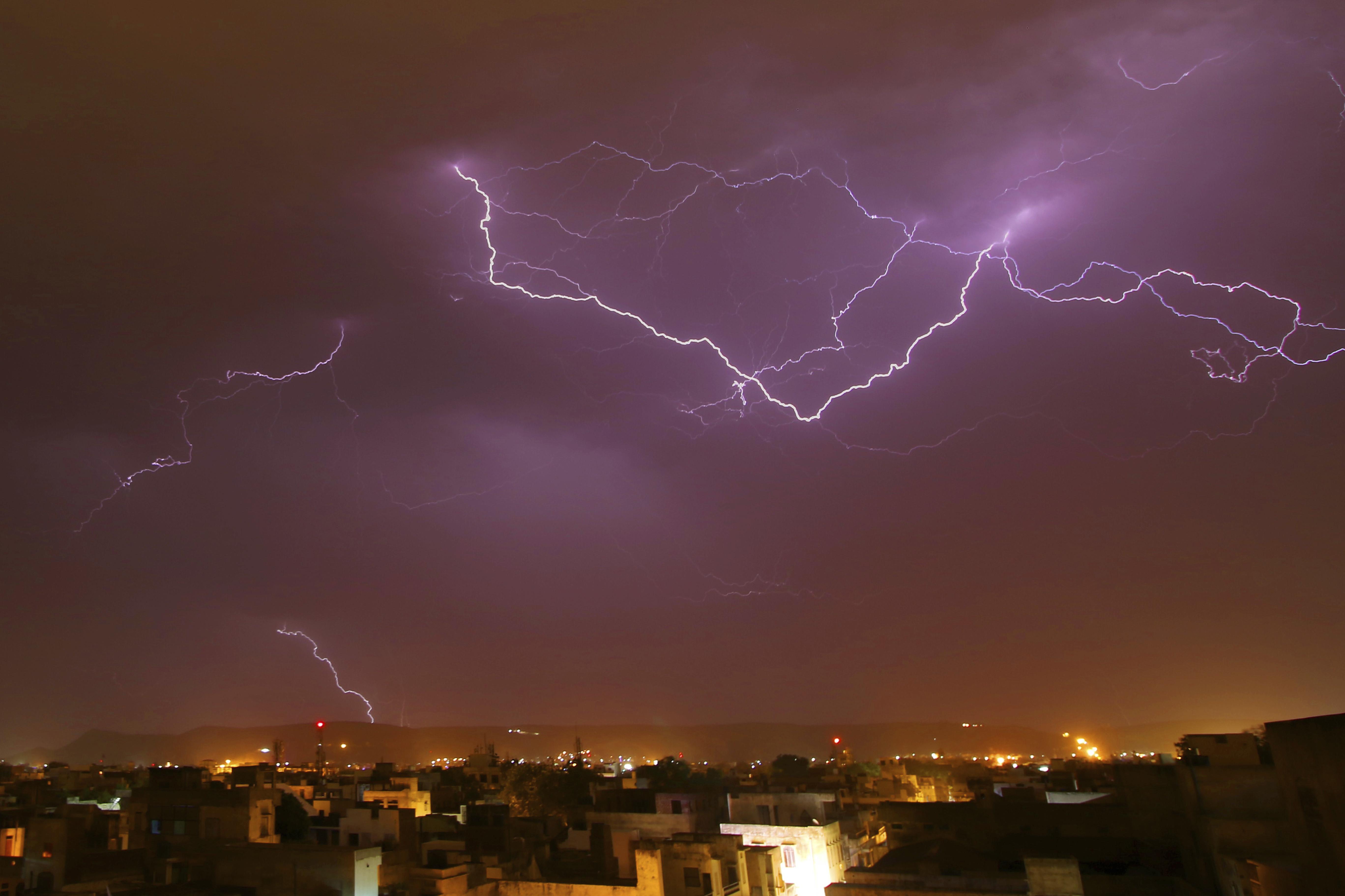 ▲ 印度每逢雨季,常因雷雨交加導致災害頻傳。(圖/達志影像/美聯社)