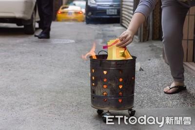 她燒完金紙一轉頭…金爐「被鄰居偷去用」