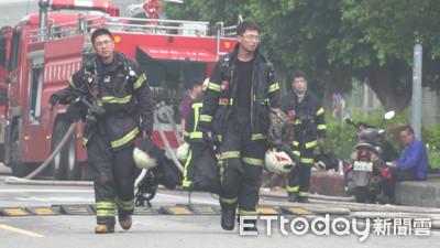 台消防衣嚴重脫線似「乞丐裝」!
