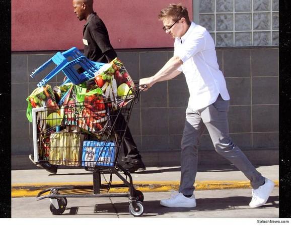 ▲▼「鷹眼」傑瑞米雷納被發現在好萊塢雜貨店購物。(圖/翻攝自《TMZ》)