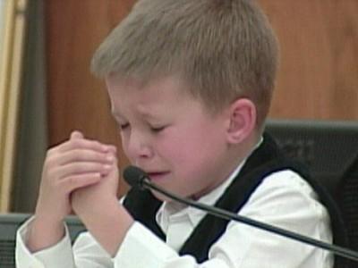 媽媽殺了姊姊..5歲男童被逼指證親媽 證詞反覆審判庭上心碎暴哭