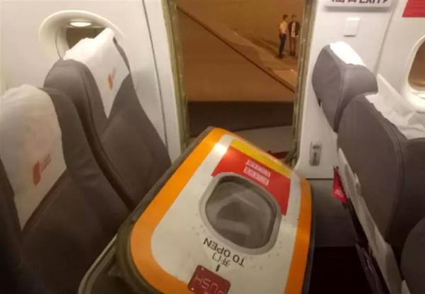 ▲▼乘客嫌飛機悶熱 開逃生艙門通風GG了。(圖/翻攝自錢江晚報/微博)