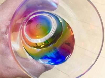 倒進一杯彩虹!零錢價「八角稜鏡杯」,每次喝水都有絕美七彩
