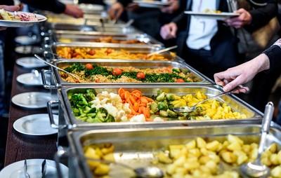 尾牙「桌菜vs自助吧」該選誰?鄉民一致秒答