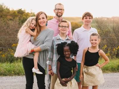 好心夫婦領養女童 助她脫離家暴威脅 意外發現好心被利用
