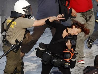 彈雨中紀錄戰事!「前線記者」倒下緊抓相機 跑新聞沒你想的容易