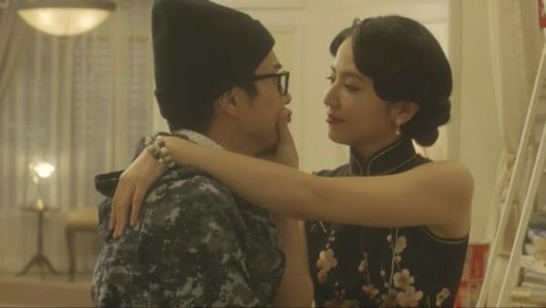 ▲長澤雅美又演來自中國的女演員,穿旗袍勾引東出昌大(左)。(圖/翻攝自推特)