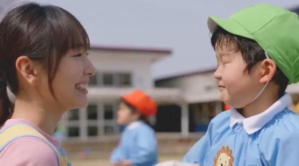 ▲▼新垣結衣當幼稚園老師。(圖/翻攝自推特)