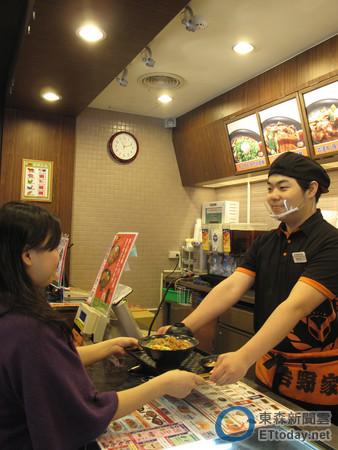 吉野家與航空業者聯手祭出抽獎活動,消費滿額就可抽台北東京來回機票。