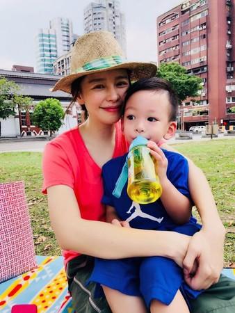 ▲徐若瑄最近忙著宣傳新片,還要陪兒子,蠟燭兩頭燒,讓她累趴。(圖/取自徐若瑄臉書)