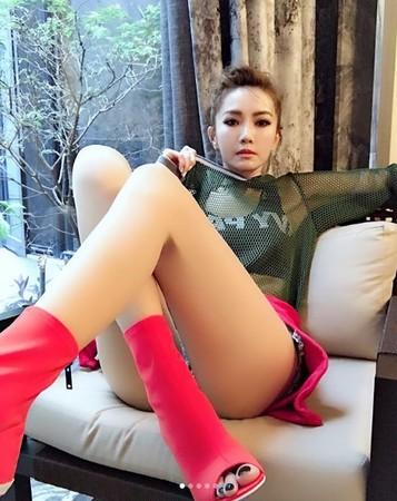 ▲▼謝金燕褲子太短 沙發一坐下「美尻形狀」秒露出。(圖/翻攝自謝金燕Instagram)