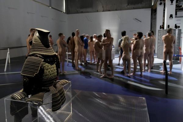 ▲▼巴黎民眾裸體參觀博物館。(圖/路透社)