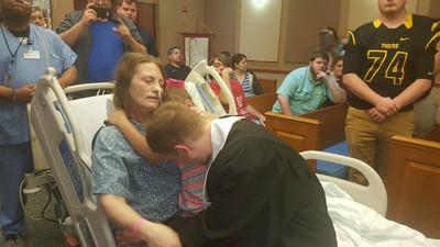 怕癌母撐不到兒子畢業 暖校長把典禮搬到醫院 病榻前為孝子撥穗