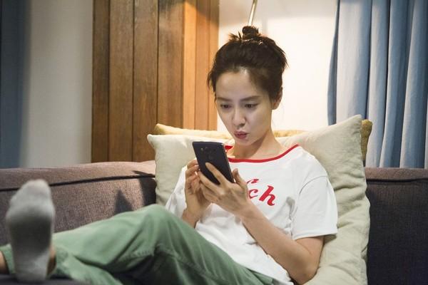 ▲宋智孝在電影裡飾演對網路成癮的家庭主婦。(圖/車庫娛樂提供)