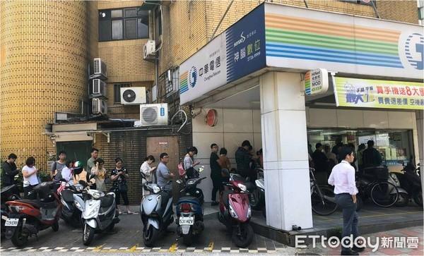 ▲▼499月付4G吃到飽,中華電信門市排隊爆滿。(圖/記者許凱彰攝)