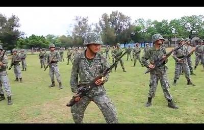 軍中練刺槍術 網笑:拿不起槍?