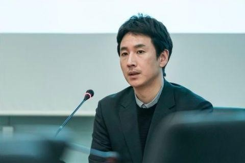 《我的大叔》中,李善均飾演建築公司的結構技師朴東勳,在朴氏三兄弟排行老二,在戲中說出許多經典台詞。