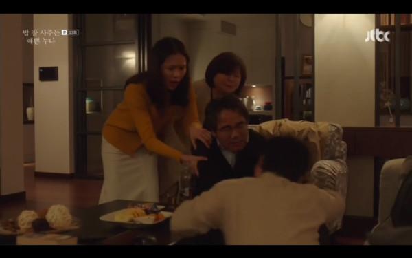 ▲徐俊熙爸爸在尹珍雅家中喝醉。(圖/翻攝自jtbc)