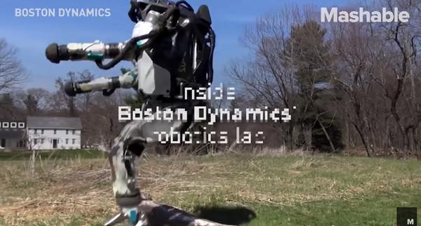 波士頓動力公司(Boston Dynamics)在網路上傳一則影片,內容可以看到,一個沒有頭的機器人,在一處住家的草地上慢跑。這具有魔性的影片,也讓網友笑稱,「要是有天你出門時,看到這東西拿斧頭向你衝過來,你會怎麼辦。」(圖/翻攝自Mashable Daily youtube)