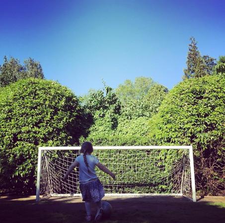 ▲貝克漢4個小孩只剩下哈珀愛足球。(圖/翻攝自貝克漢IG、YouTube)